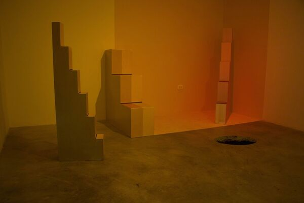 NO SILLAS (ESCALERAS) No chairs (stairs), installation view