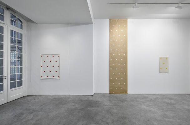 Niele Toroni: En passant, installation view