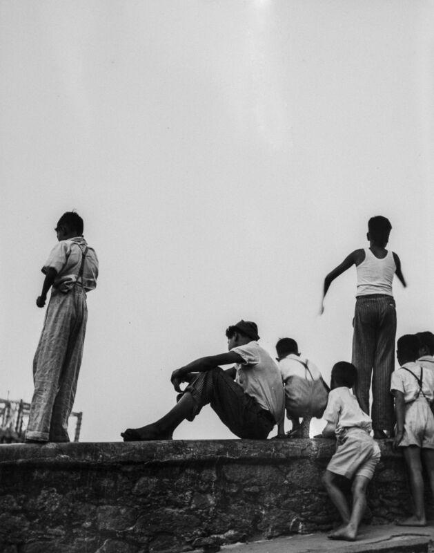 """Thomaz Farkas, 'Meninos assitindo a jogo fora do estádio do Pacaembú"""", São Paulo - SP', 1941, Photography, Silver gelatin print / ed vintage, Luciana Brito Galeria"""
