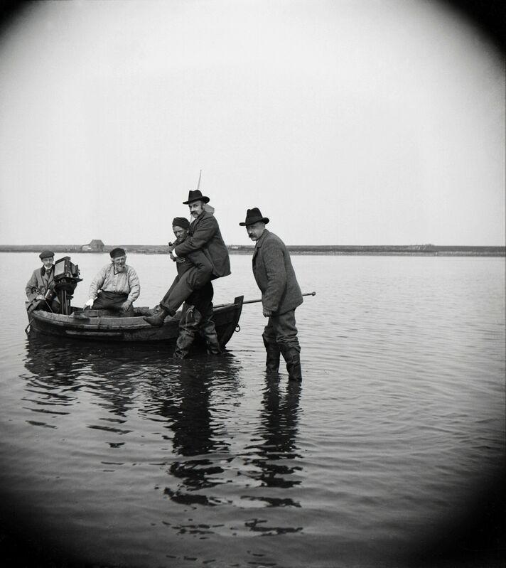 Paul Louis Steenhuizen, 'Richard Tepe Wordt Naar Boot Gedragen Voor Vogelexcursie', 1902, Photography, Nederlands Fotomuseum