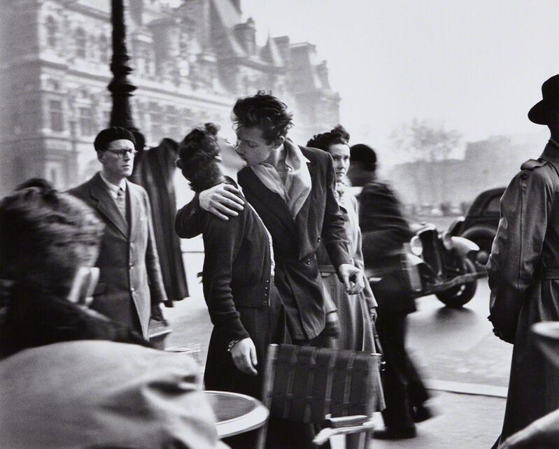 Robert Doisneau | Le baiser de l'Hôtel de Ville (1950) | Artsy