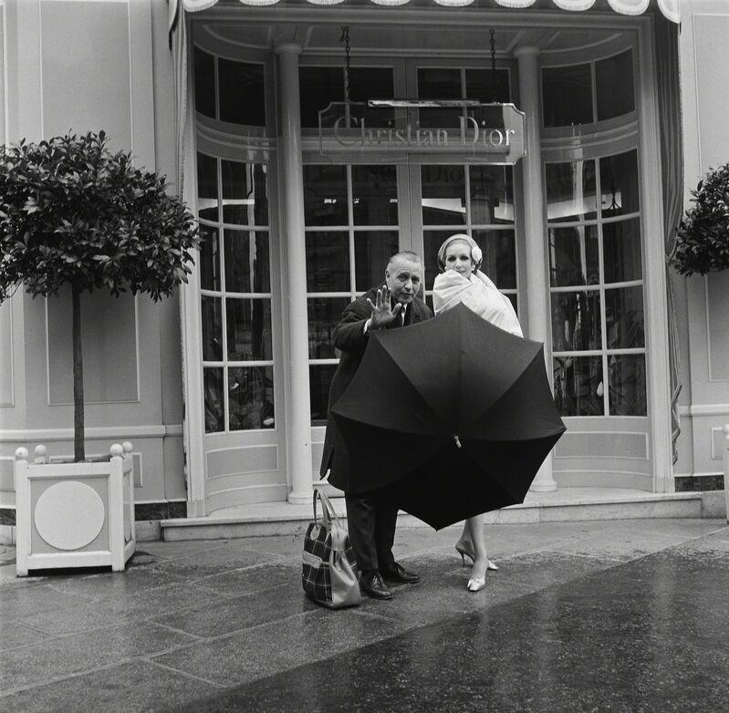 Roberto Moricard, 'Willy Maywald vor dem Atelier von Christian Dior', 1954, Photography, Museum für Fotografie