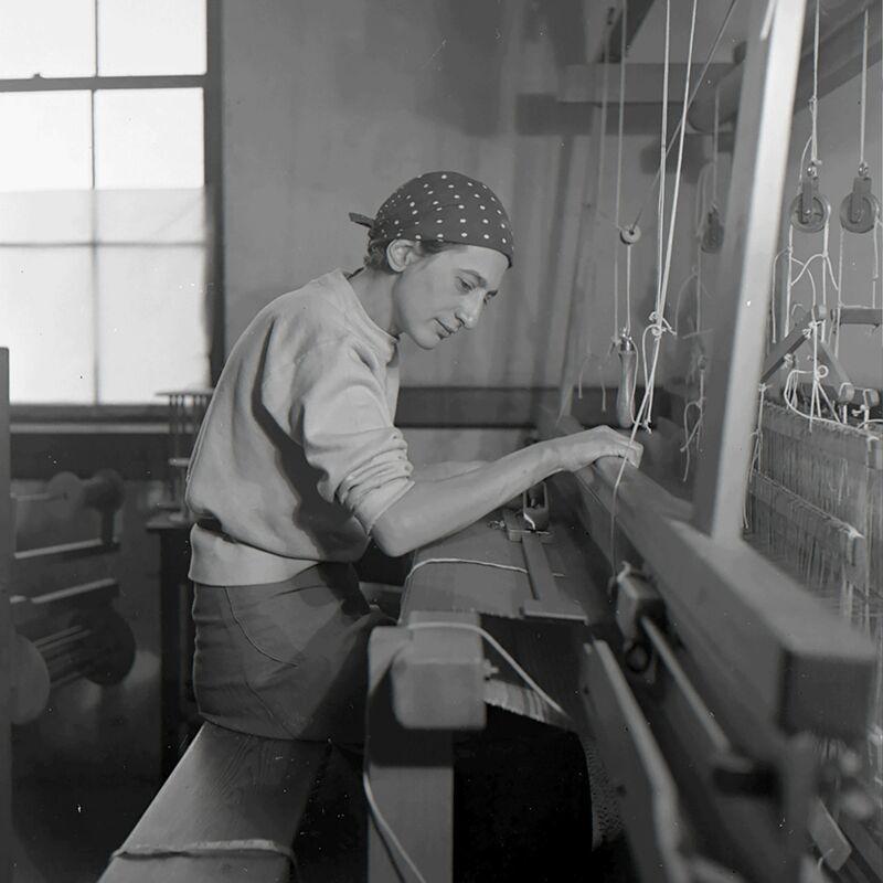 Anni Albers, 'Anni Albers in her weaving studio at Black Mountain College', 1937, Photography, Guggenheim Museum Bilbao
