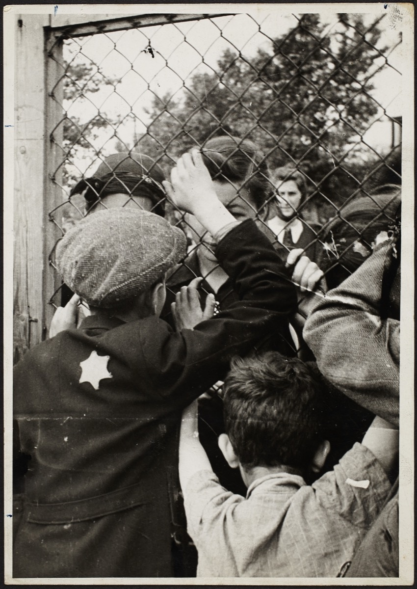 Henryk Ross, Children talking through fence of central prison on Czarnecki Street prior to deporation, 1940-42. © Art Gallery of Ontario. Courtesy of Museum of Fine Arts, Boston.