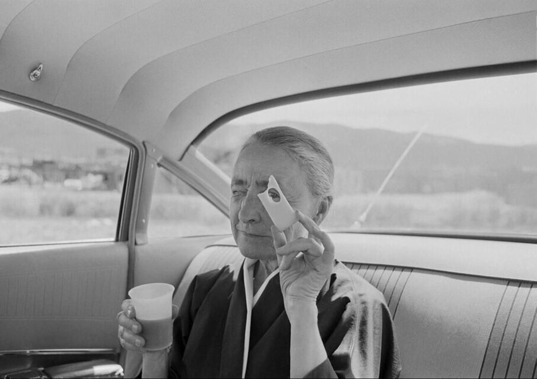 Tony Vaccaro,Georgia O'Keeffe holding cheese Taos Pueblo New Mexico,1960. Courtesy Tony Vaccaro Studio/Monroe Gallery.