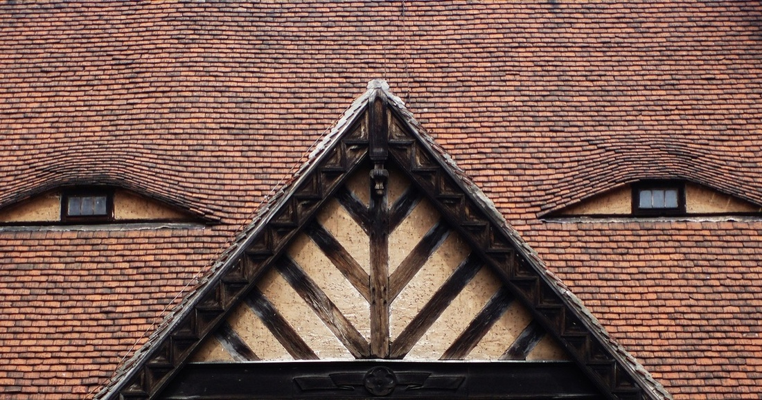 Image of a rooftop resembling a face, via Wikimedia Commons.