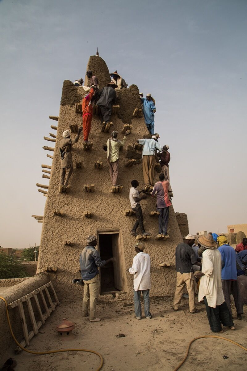 Inhabitants of Timbuktu meet for the traditional event of plastering of the Djinguereber Mosque each year. Photo by MINUSMA-Tiecoura N'DAOU, via Flickr.