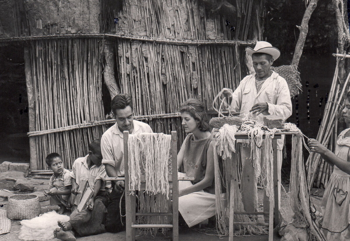 Sheila Hicks learning to knot with Rufino Reyes, Mitla, Oaxaca, Mexico, 1961. Photo by Faith Stern.