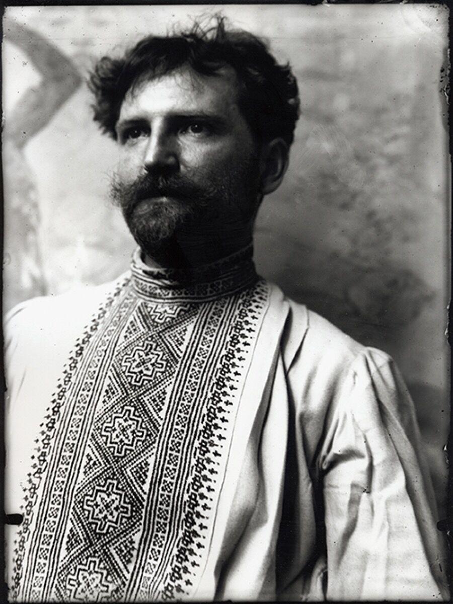 Alphonse Mucha, Autoportrait en chemise russe (roubachka) dans l'atelier de la rue de la Grande-Chaumière, Paris, 1882. © Mucha Trust 2018