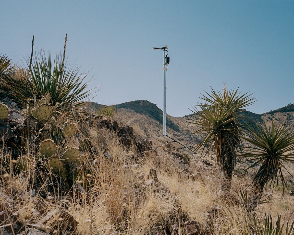 An Anduril surveillance tower is tested on the border in southwestern Texas. Photo by Benjamin Rasmussen. © Benjamin Rasmussen. Courtesy of the artist.