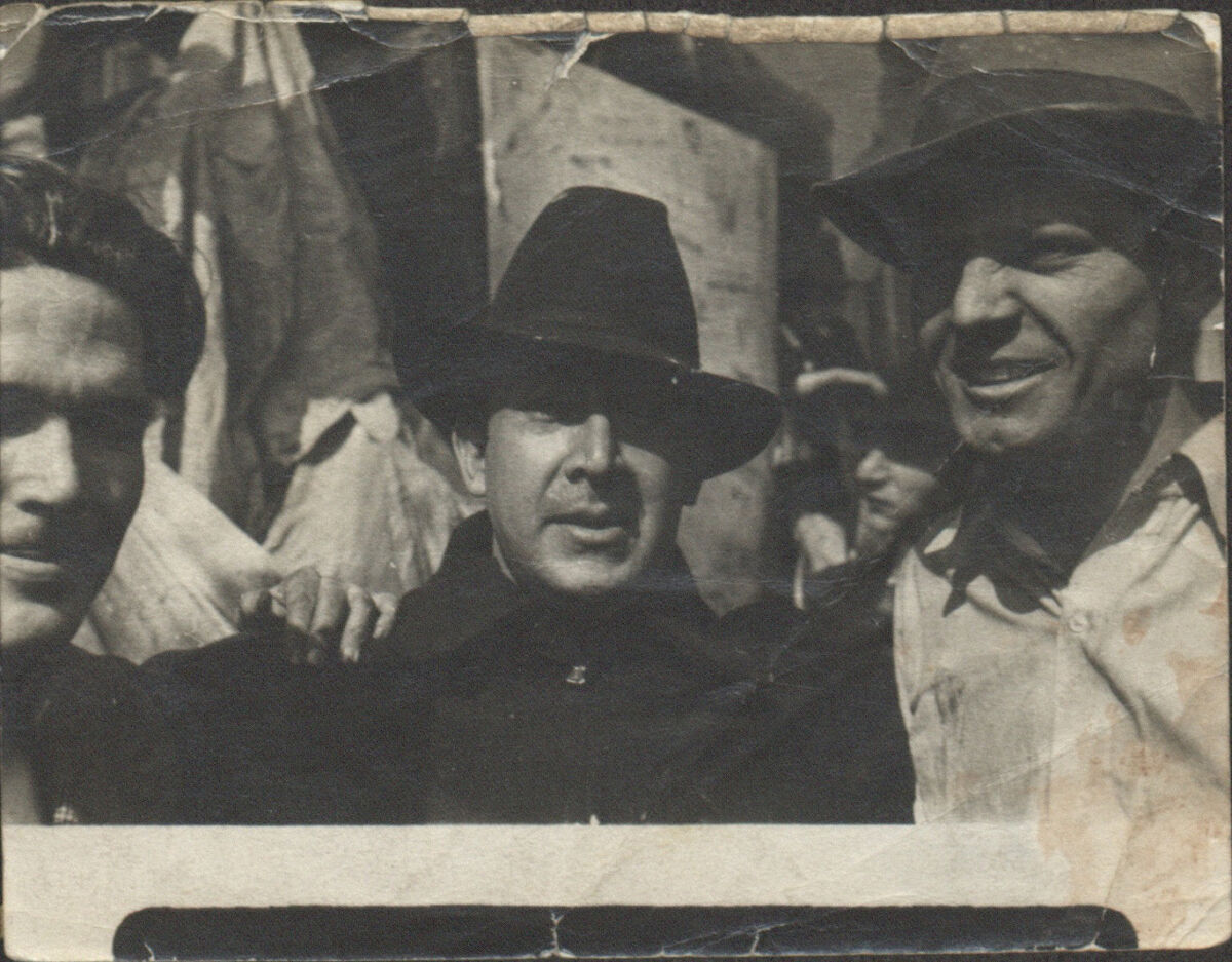 George Cox (left), David Alfaro Siqueiros (center) and Jackson Pollock (right) outside the Siqueiros Experimental Workshop, New York, 1936. Courtesy of the Jackson Pollock and Lee Krasner papers, Archives of American Art, Smithsonian Institution.