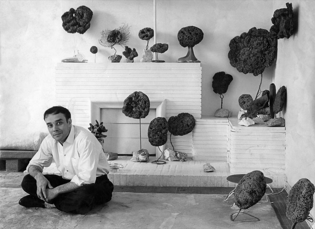 Yves Klein in his studio, 14, rue Campagne-Première, Paris, 1959 ca. Artwork © Yves Klein, Artists Rights Society (ARS), New York / ADAGP, Paris, 2017. Photo © Georges Véron.