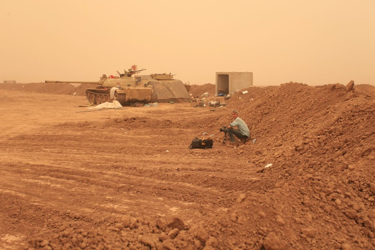 Francis Alÿs in Mosul. Photo © Akam Shex Hadi. Courtesy of the Ruya Foundation.