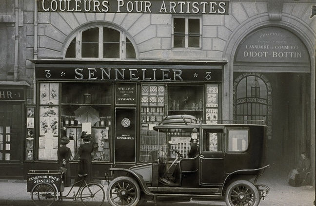 Front of the Sennelier shop, Quai Voltaire in Paris, at the beginning of the 20th century.