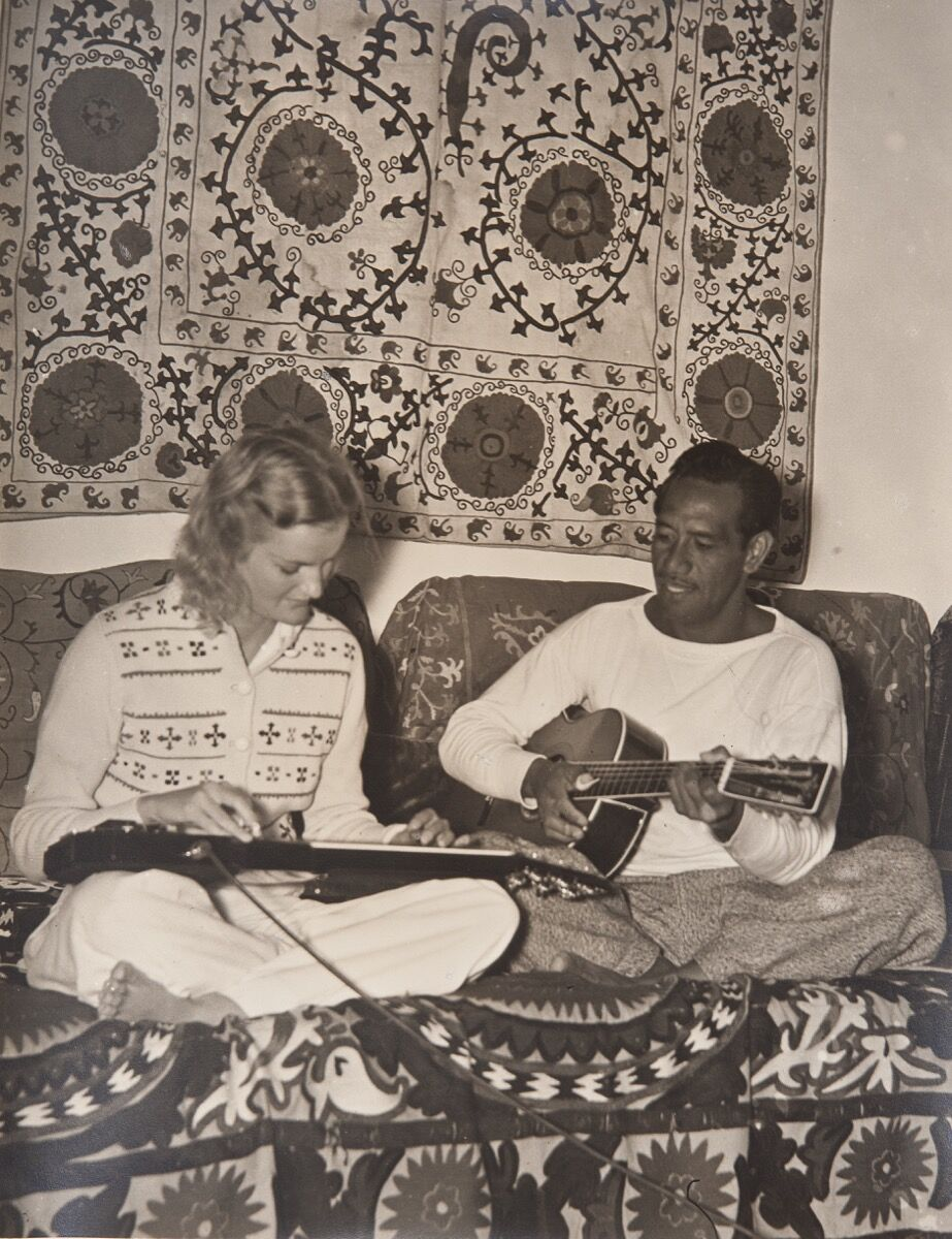 Doris Duke and Sam Kahanamoku playing slide and acoustic guitars, 1939. Photo by Martin Munkácsi. Shangri La Historical Archives, Doris Duke Foundation for Islamic Art, Honolulu, Hawai'i. Gift of Hope Cromwell Hopkins.