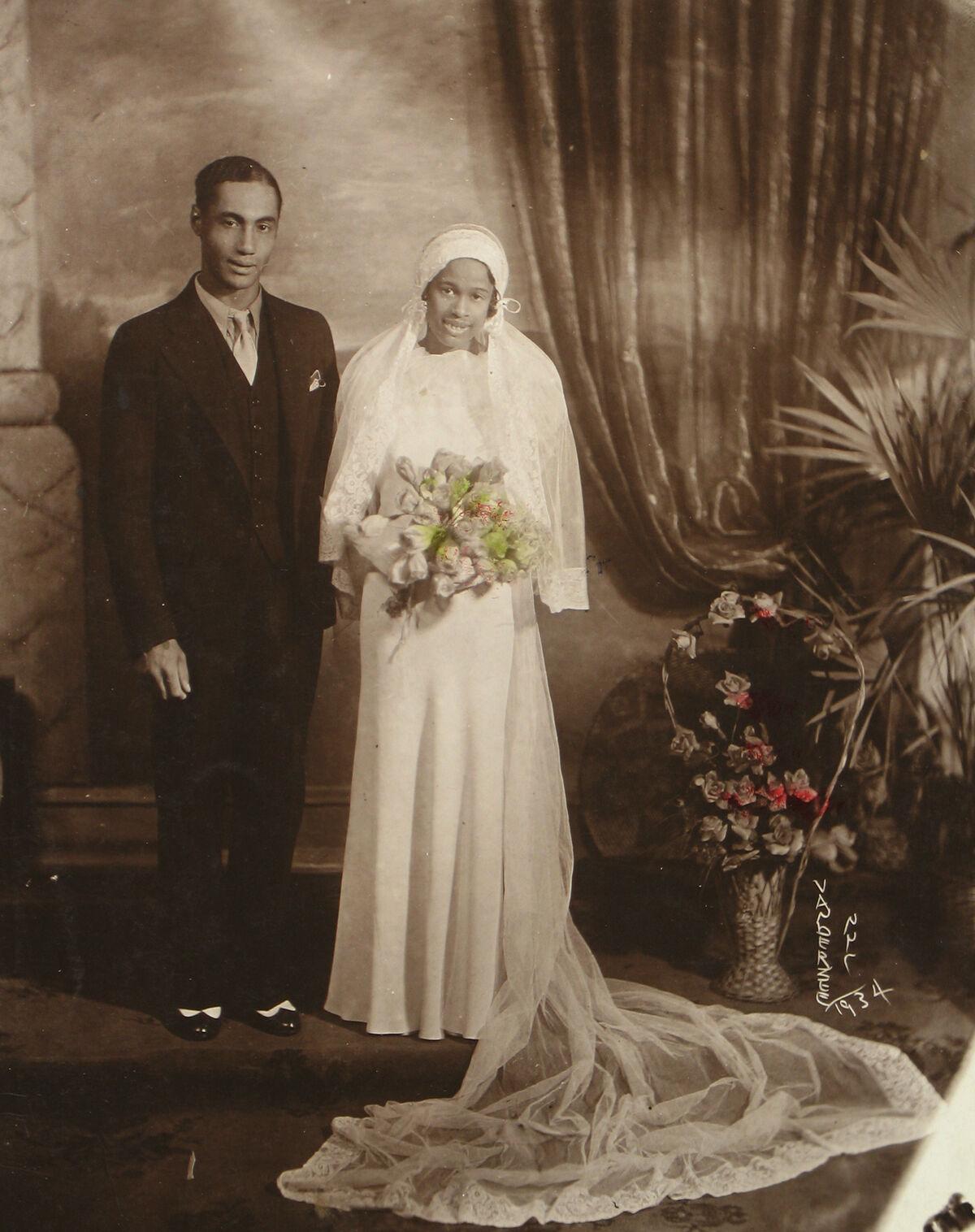 James Van Der Zee, Wedding Couple, 1934. © Donna Mussenden Van Der Zee. Courtesy of Howard Greenberg Gallery, New York.