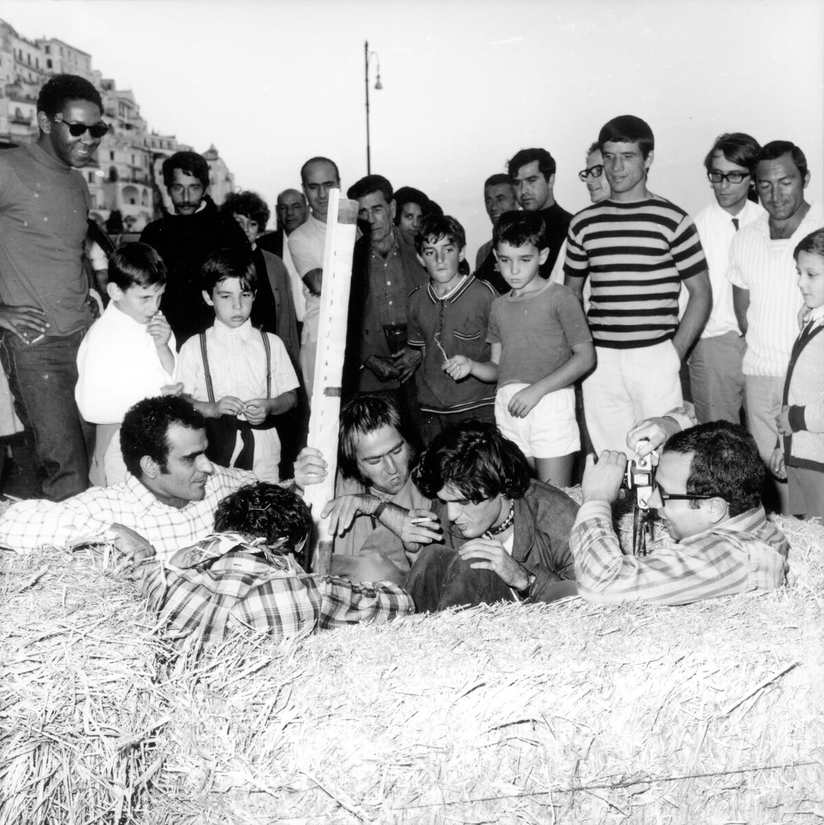 Michelangelo Pistoletto, Carlo Colnaghi, Carmine Ableo, and Gino Marotta gather inside Giardino all'italiana (Italian Garden),  at Arte Povera, 1968. Photo by Bruno Manconi. Courtesy of Archivo Lia Rumma.