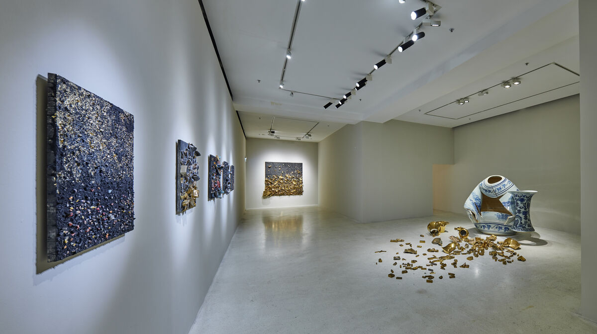 Installation view of Leonardo Drew solo show at Pearl Lam Galleries, 2019. Courtesy of Pearl Lam Galleries.