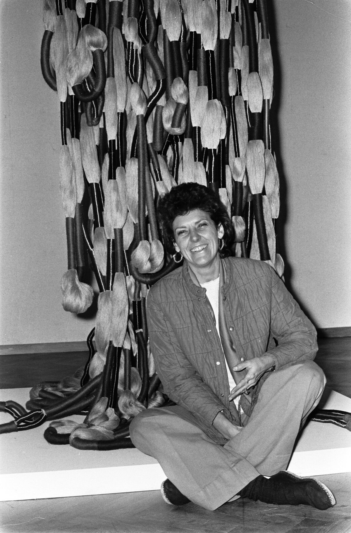Sheila Hicks organizes an exhibition of tapestries and textile sculptures at the Stedelijk Museum, 1974. Courtesy of the National Archives of the Netherlands.