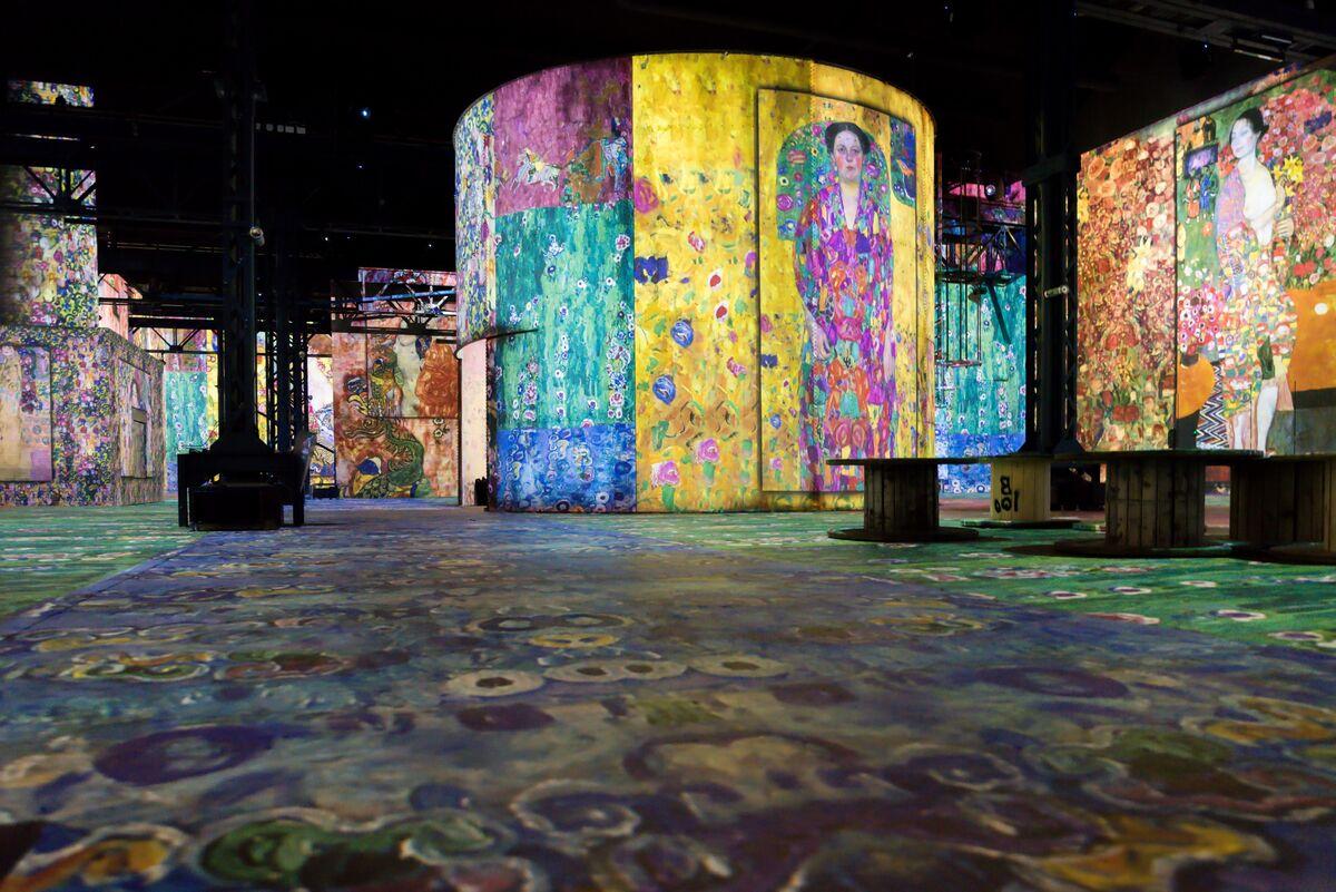 Uma vista de instalação Atélier des Lumières, com obras de Gustav Klimt. Foto de E. Spiller. © Culturespaces.