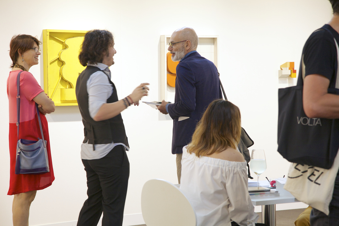 Mauro Piredda (second from left) and Silvia Borella (seated, co-owners of PRIVATEVIEW, Torino) discusses their solo project of Ted Larsen with collectors; Courtesy VOLTA13