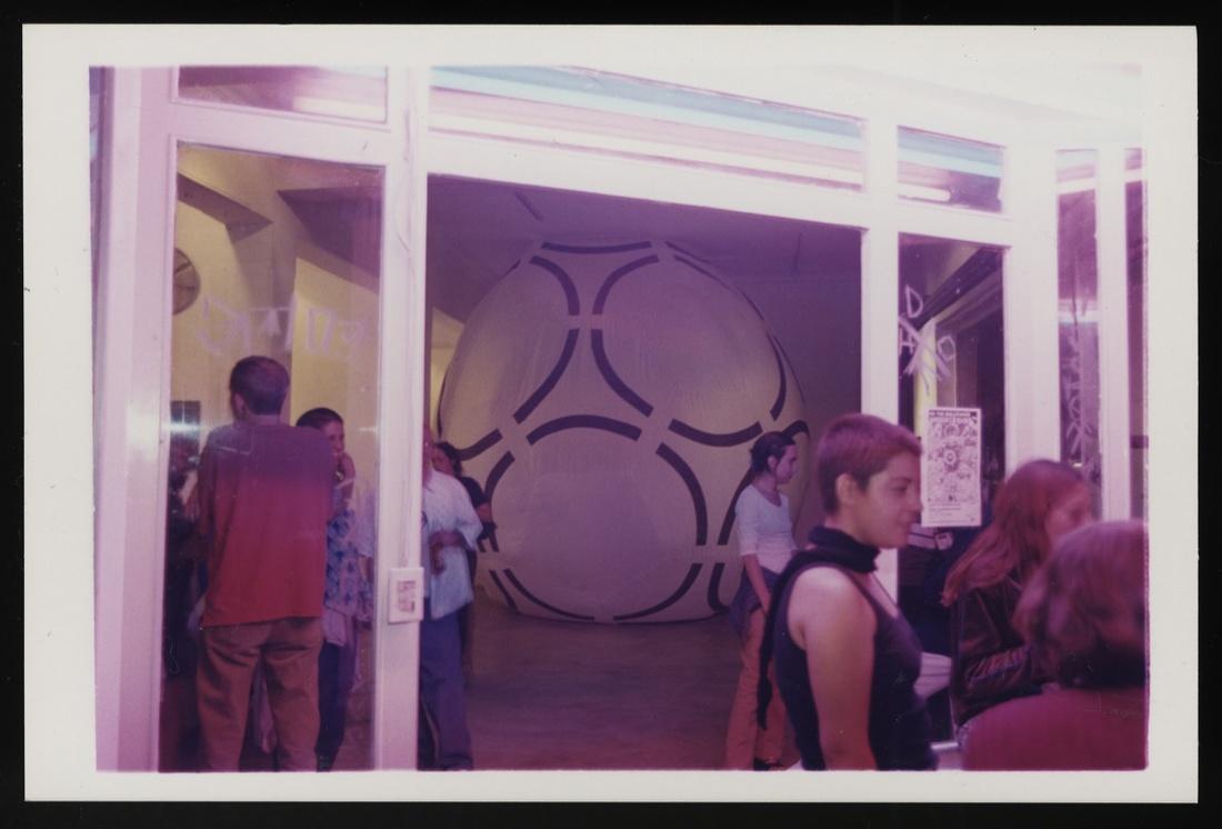 """Opening of """"Gooooldorado"""" by Andrea Gergeley and Matthias Zyan, 1999.Courtesy of Yoshua Okón and La Panadería."""