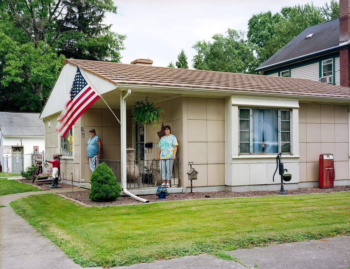 """Chuck Mintz, Mike and Sandy, Salem, OH, from the series """"Lustron Stories,"""" 2012-14. Courtesy of the artist."""