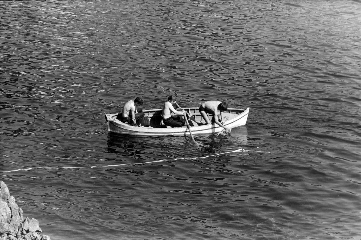 Jan Dibbets installing Linea bianca (White Line) on the water along the Amalfi Coast at Arte Povera, 1968. Photo by Bruno Manconi. Courtesy of Archivo Lia Rumma.