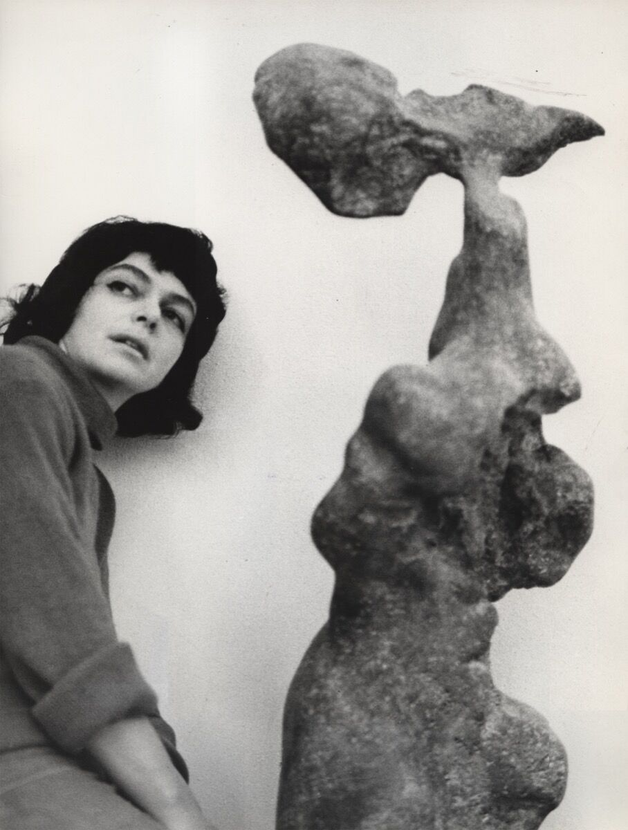 The artist with her work Naga (Naked), 1961. © ADAGP, Paris 2017. The Alina Szapocznikow Archive / Piotr Stanislawski / National Museum in Krakow. Photo by Marek Holzman. Courtesy of the Museum of Modern Art, Warsaw.
