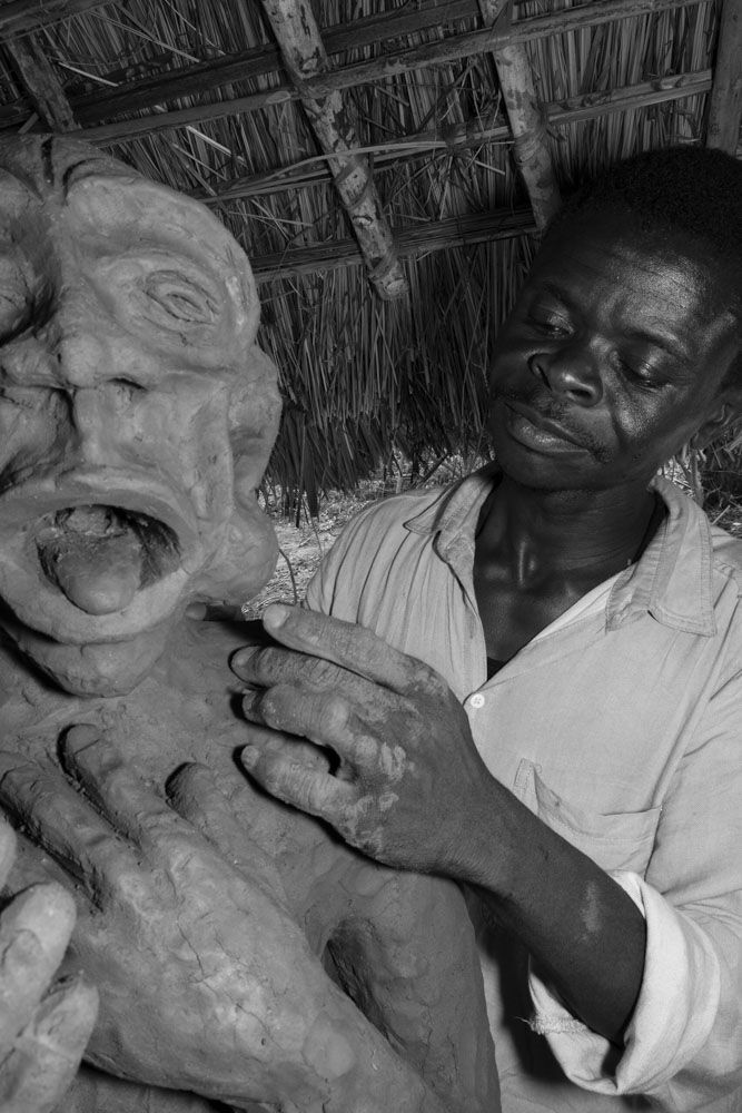 Emery Muhamba working on a new sculpture, 2016. Photograph from forthcoming CATPC publication. © Léonard Pongo. Courtesy of SculptureCenter.