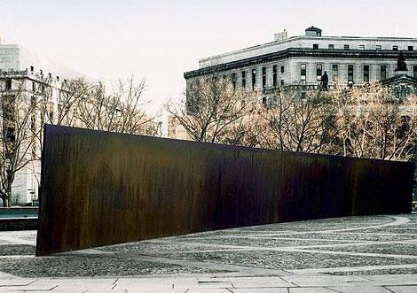 Richard Serra,Tilted Arc, 1981. Photo via Wikimedia Commons.