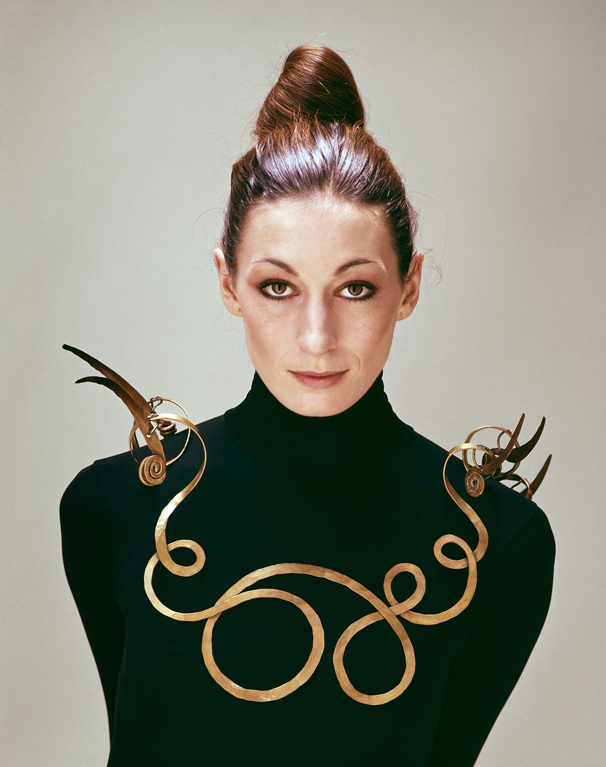 "Evelyn Hofer, Anjelica Huston wearing Calder's ""Jealous Husband"" (c. 1940), N.Y., 1976. Image courtesy of the Estate of Evelyn Hofer. Artwork ©2017 Calder Foundation, New York / Artists Rights Society (ARS), New York."