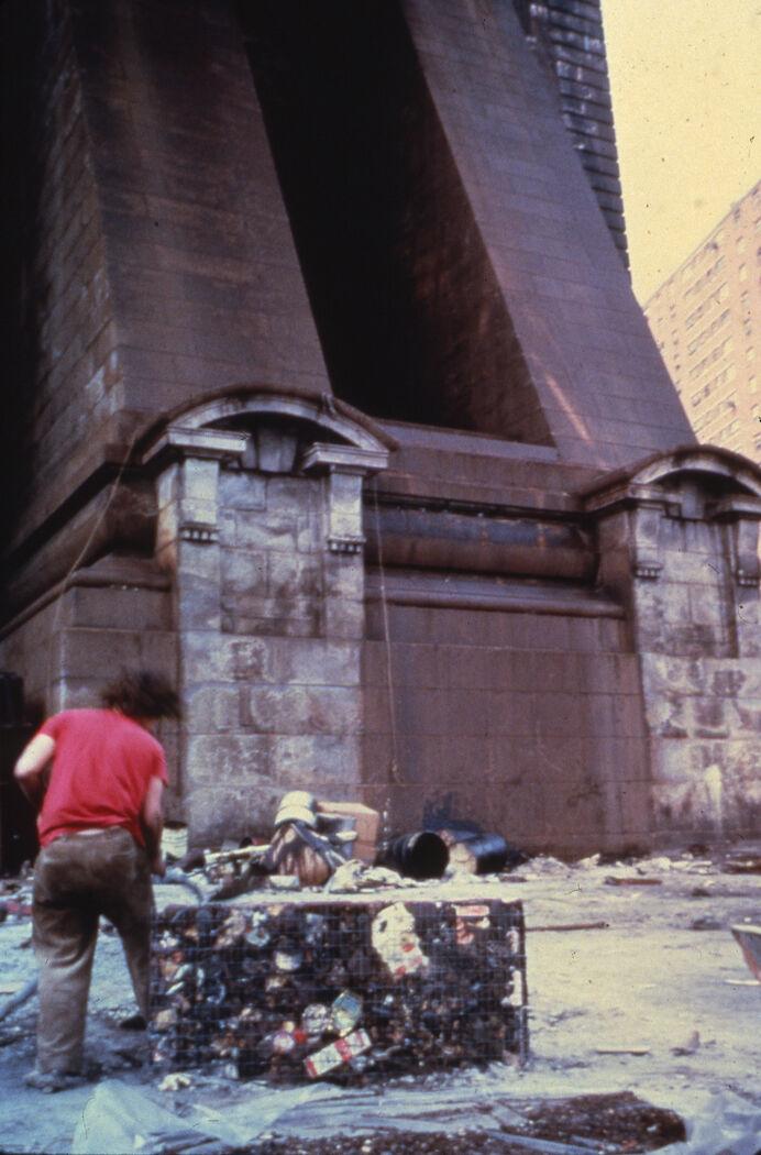 Gordon Matta-Clark creating Garbage Wall under the Brooklyn Bridge in 1971. © The Estate of Gordon Matta-Clark. Courtesy of The Estate of Gordon Matta-Clark and David Zwirner, New York/London.