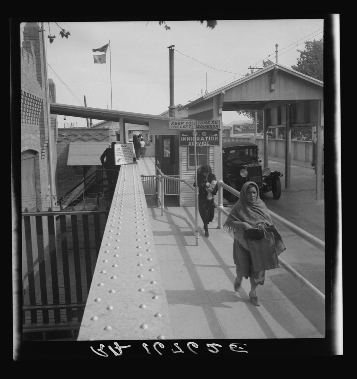 Dorothea Lange, Crossing the international bridge between Juarez, Mexico and El Paso, Texas 1937. Courtesy of the Library of Congress.
