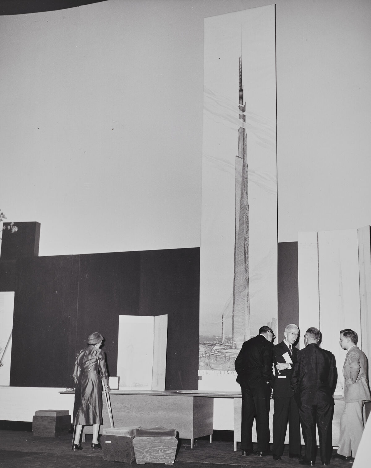 Unveiling the 22-foot-high (6.7-meter-high) visualization of The Mile-High Illinois at the October 16, 1956, press conference in Chicago. Courtesy of the Frank Lloyd Wright (the Museum of Modern Art | Avery Architectural & Fine Arts Library, Columbia University, New York).