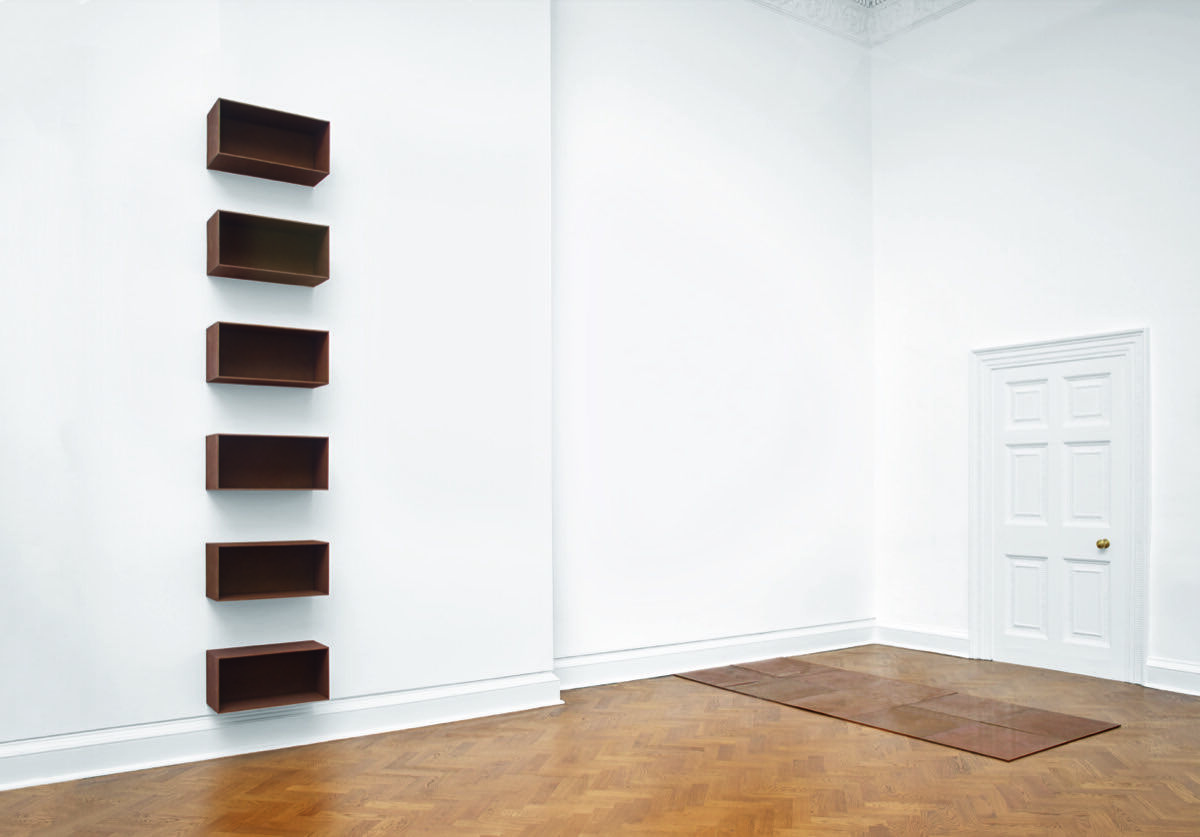 Installation view from left to right: Donald Judd, Untitled, 1989; Carl Andre, Tenth Copper Cardinal, 1973. Photo by Steve White. Courtesy of Galerie Thaddaeus Ropac.