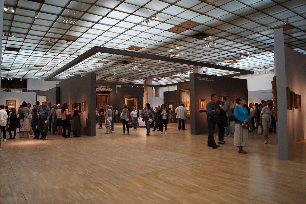 Visitors at the State Tretyakov Gallery in Moscow. Photo by NearEMPTiness, via Wikimedia Commons.