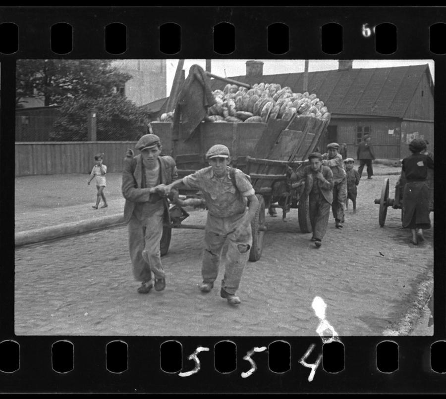 Henryk Ross, Men hauling cart for bread distribution, 1942. © Art Gallery of Ontario. Courtesy of Museum of Fine Arts, Boston.