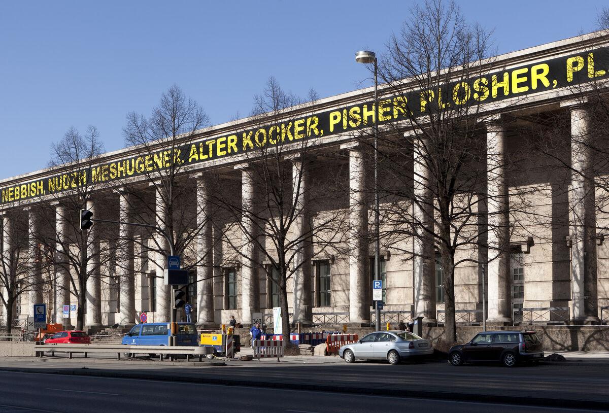 Mel Bochner,The Joys of Yiddish, 2006.Installation am Dachfries des Haus der Kunst, 2013.Foto: Wilfried Petzi. Courtesy Haus der Kunst, Munich.