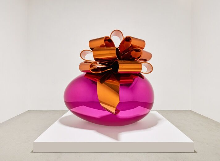 Jeff Koons, Smooth Egg with Bow (Magenta/Orange), 1994–2009. Courtesy of Edward Tyler Nahmen Fine Art.