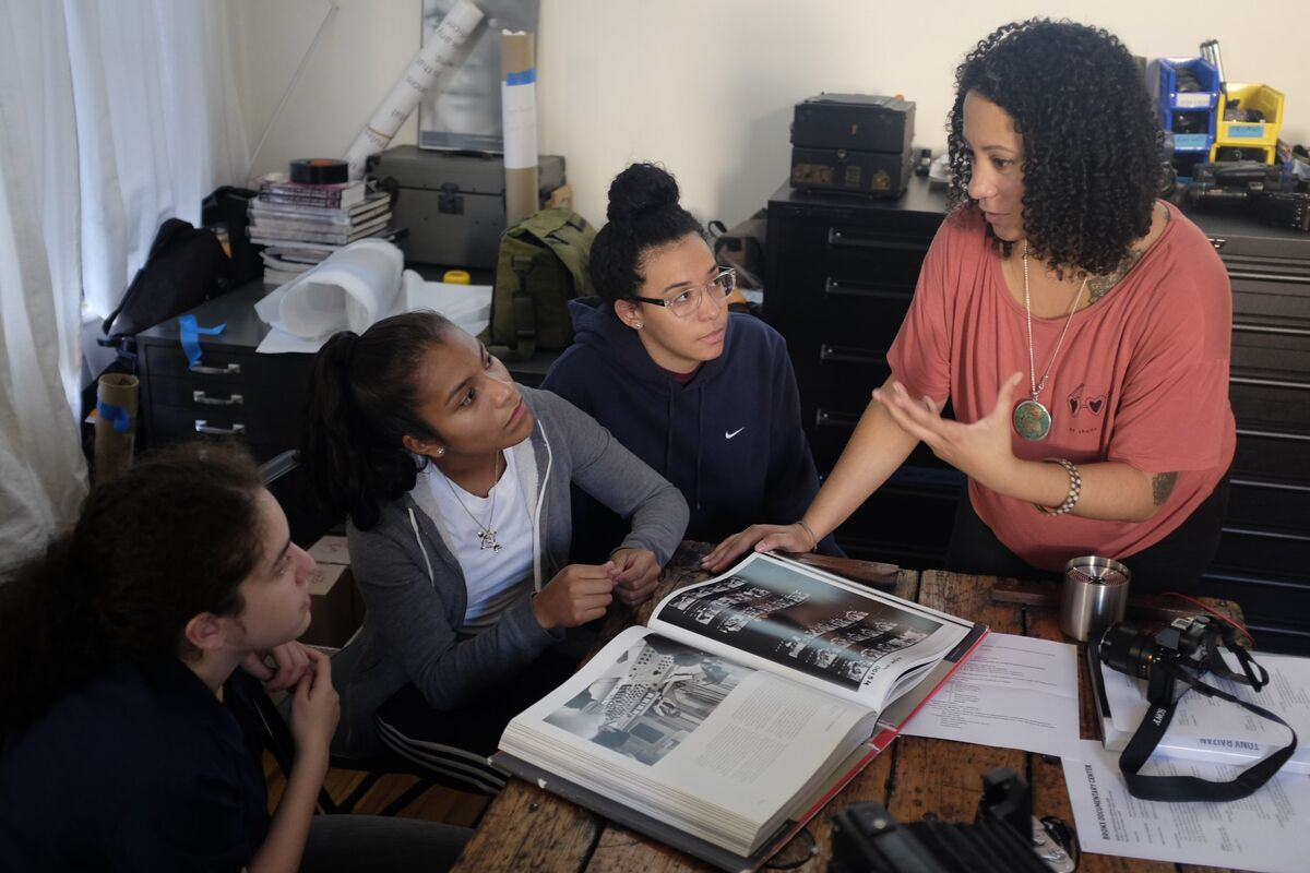 An instructor working with students in the Bronx Junior Photo League program at the Bronx Documentary Center, 2018. © Bianca Farrow/Bronx Junior Photo League. Courtesy of the Bronx Documentary Center.