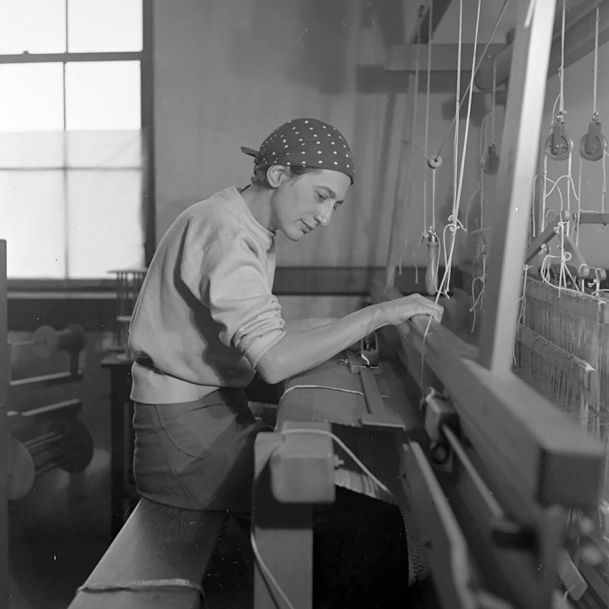 Anni Albers, Anni Albers in her weaving studio at Black Mountain College, 1937. © 2017 The Josef and Anni Albers Foundation / Artists Rights Society (ARS), New York. Courtesy of Guggenheim Museum Bilbao.
