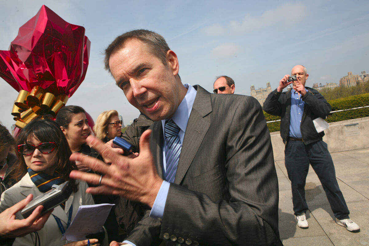 Jeff Koons, center, talks with reporters outside of The Metropolitan Museum of Art. Photo by Carolyn Cole/Los Angeles Times via Getty Images.