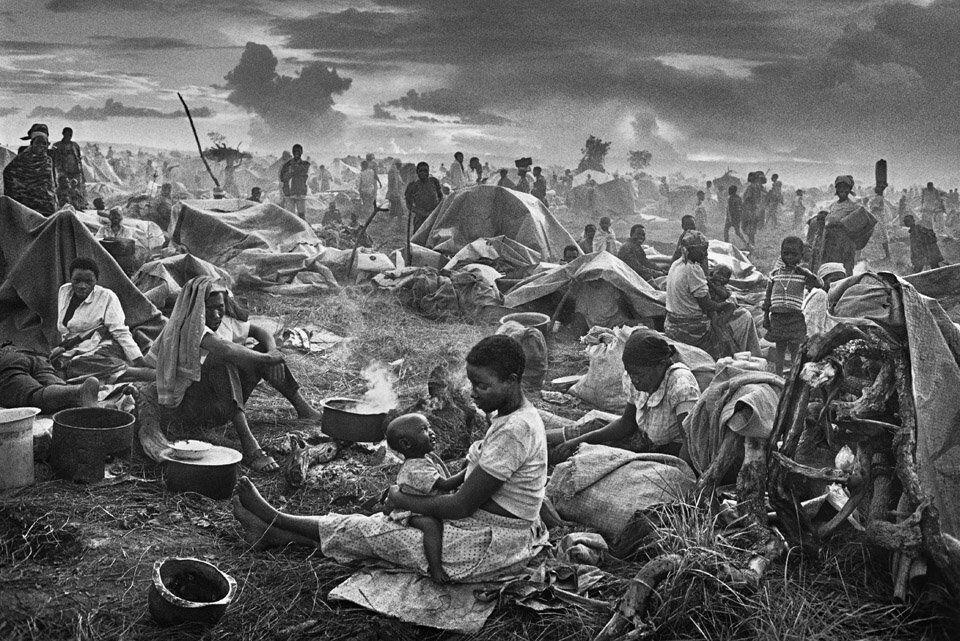 Sebastião Salgado, Réfugiés Rwandais, camp de Benako, Tanzanie, 1994. © Sebastião Salgado. Courtesy of the artist.