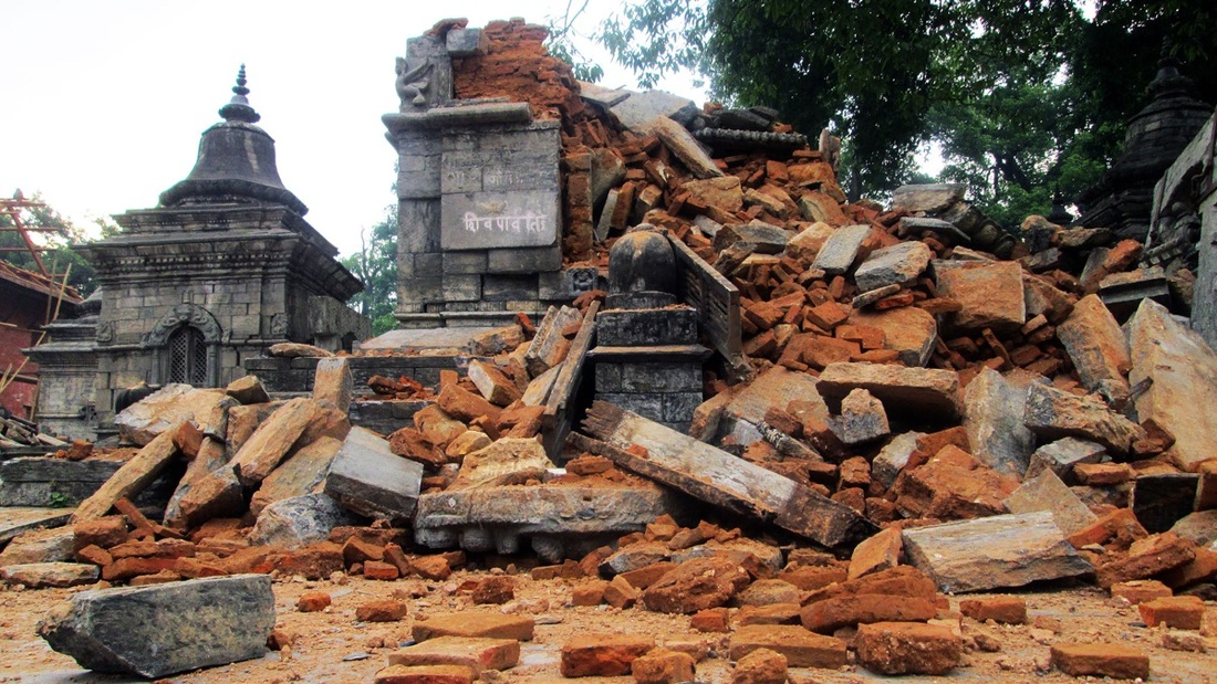 The destruction of Dewal at Pashupatinath Temple Area during the 2015 earthquake in Nepal. Photo byNabin K. Sapkota, via Wikimedia Commons.