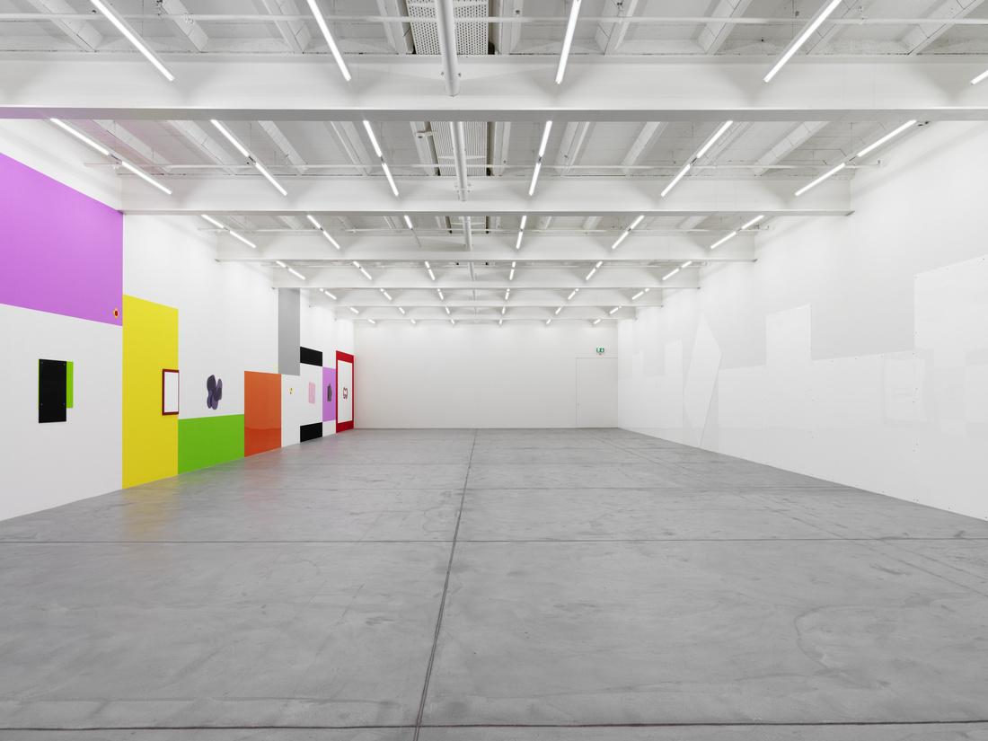 """Installation view of """"Gerwald Rockenschaub: bend it"""" at Galerie Eva Presenhuber, Zurich. Courtesy of Galerie Eva Presenhuber and the artist."""