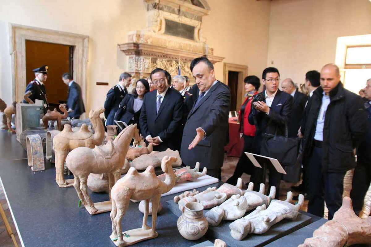 Chinese Minister of Culture Luo Shugang and Italian Minister of Cultural Heritage and Activities Alberto Bonisoli inspect some of the artifacts slated to be returned. Photo courtesy Ministero per i beni e le attività culturali.