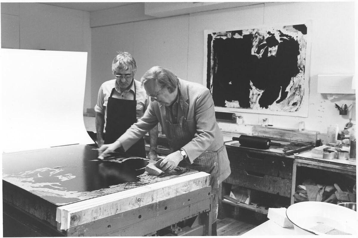 Robert Motherwell in his studio. Imagecourtesy of The Dedalus Foundation.