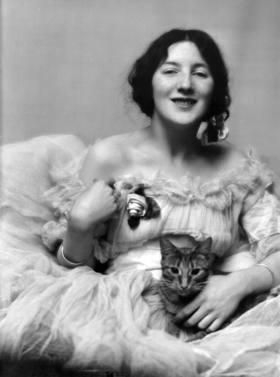 Audrey Munson with Arnold Genthe's cat, Buzzer. Courtesy of the Library of Congress.