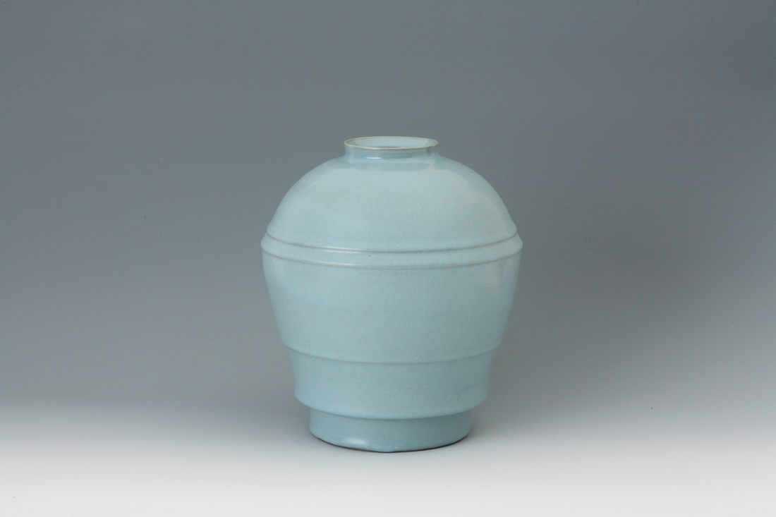 Nakajima Hiroshi, Ten seiji (sky blue)-celadon jar with carved lines, 2014. Image courtesy of the artist and Onishi Gallery.